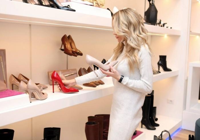 Девушка покупает туфли   Girl buys shoes