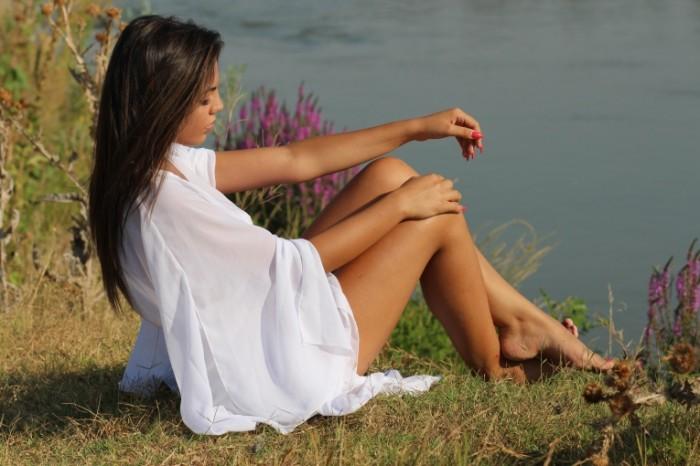 Devushka v belom plate bereg obryiv priroda Girl in a white dress shore cliff natureh 5184h3456 700x466 Девушка в белом платье, берег, обрыв, природа   Girl in a white dress, shore, cliff, natureх