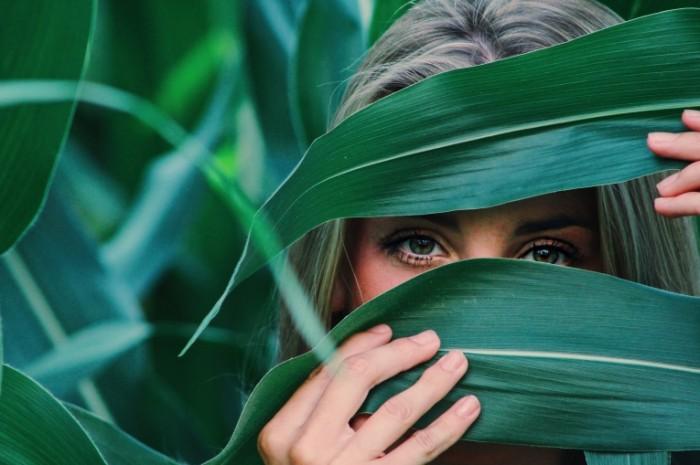 Девушка в джунглях, глаза, прячется   girl in the jungle, eyes, hiding