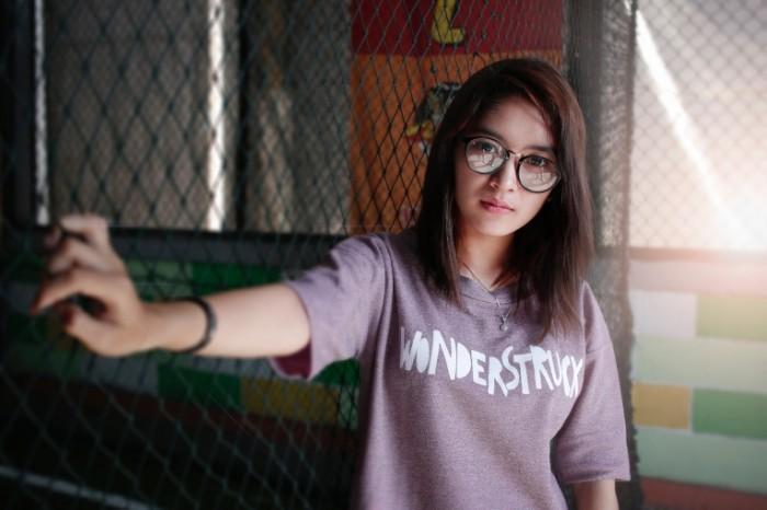 Devushka v ochkah u zabora girl in glasses at the fence 5148h3456 700x466 Девушка в очках у забора   girl in glasses at the fence