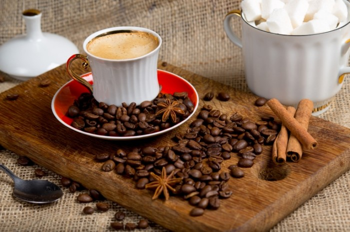 Kofe kofeynyie zerna koritsa natyurmort Coffee coffee beans cinnamon still life 5363  3575 700x465 Кофе, кофейные зерна, корица, натюрморт   Coffee, coffee beans, cinnamon, still life