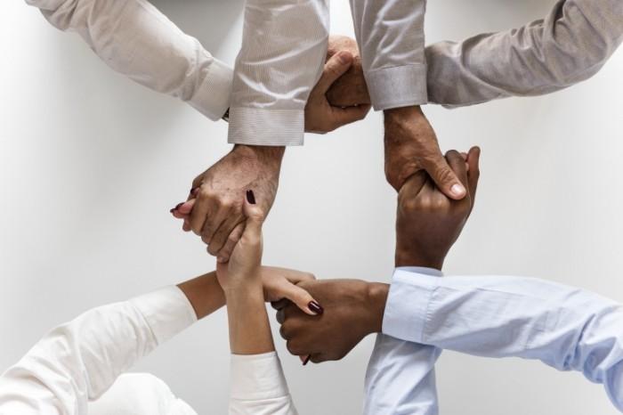 Командная работа, рукопожатие, люди разных национальностей   Teamwork, handshake, people of different nationalities