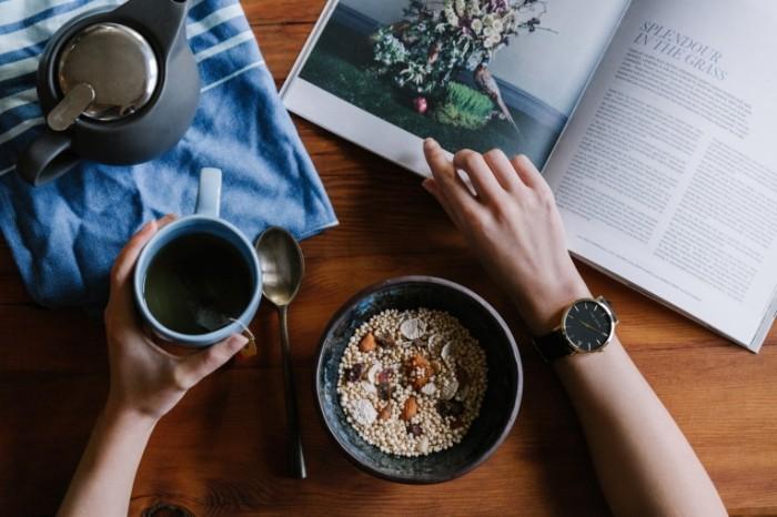 Myusli krupa zavtrak s zhurnalom Muesli cereals breakfast with a magazine 5472h3468 700x466 Мюсли, крупа, завтрак с журналом   Muesli, cereals, breakfast with a magazine