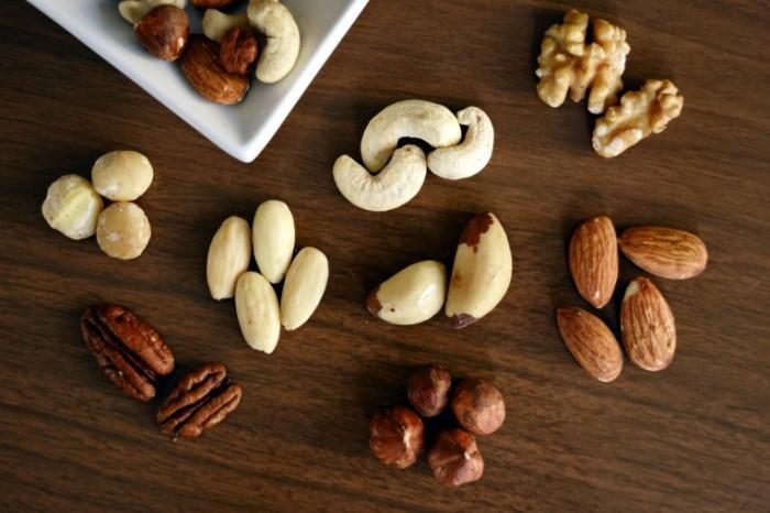 Orehi funduk mindal gretskiy oreh Nuts hazelnuts almonds walnuts 6000h4000 700x466 Орехи, фундук, миндаль, грецкий орех   Nuts, hazelnuts, almonds, walnuts