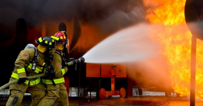 Пожарные тушат огромное пламя   Firefighters extinguish huge flames
