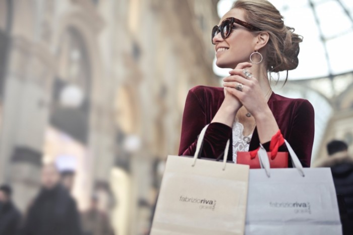 SHopping schastlivaya devushka butik Shopping happy girl boutique 6111h4074 700x466 Шоппинг, счастливая девушка, бутик   Shopping, happy girl, boutique