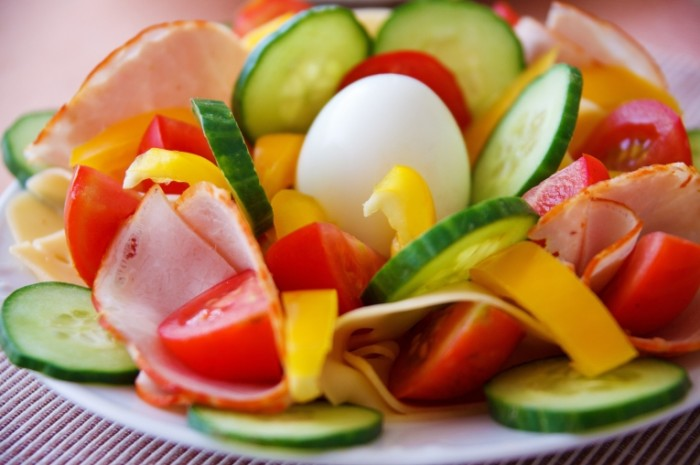 Salat s ovoshhami yaytsom i bekonom Salad with vegetables egg and bacon 5000h3333 700x465 Салат с овощами, яйцом и беконом   Salad with vegetables, egg and bacon