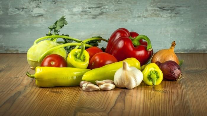 Svezhie ovoshhi paprika chesnok luk Fresh vegetables paprika garlic onion 5267h2932 700x393 Свежие овощи, паприка, чеснок, лук   Fresh vegetables, paprika, garlic, onion