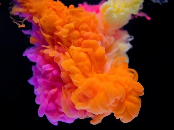 TSvetnoy dyim na chernom fone krupnyim planom Colored smoke on a black background close up 4000h3009 700x526 Цветной дым на черном фоне крупным планом   Colored smoke on a black background close up