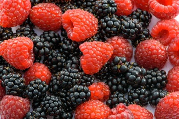 YAgodyi malina makro urozhay Berries raspberries macro crop 5867h3911 700x465 Ягоды, малина, макро, урожай   Berries, raspberries, macro, crop