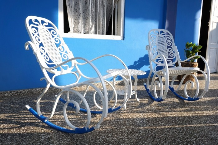 Belyiy pletenyie kresla na verande s sinim White wicker chairs on the veranda with blue 5064  3376 700x466 Белый плетеные кресла на веранде с синим   White wicker chairs on the veranda with blue