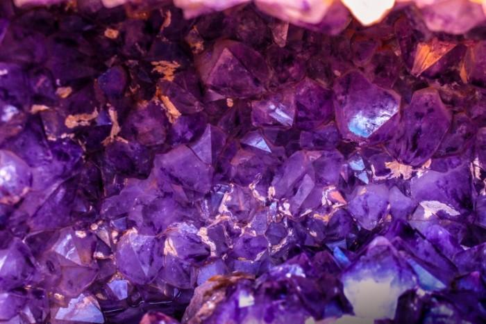 Blestyashhie fioletovyie kamushki fon Shiny purple pebbles background 5184h3456 700x466 Блестящие фиолетовые камушки, фон   Shiny purple pebbles, background