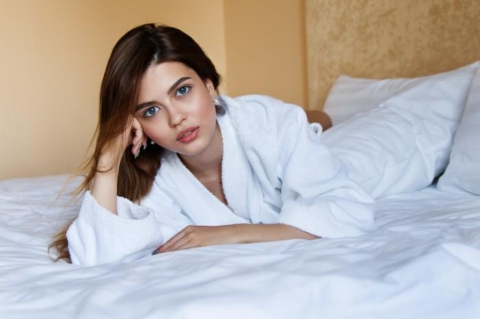 Девушка в халате на кровати, селфи   Girl in a bathrobe on the bed, selfie