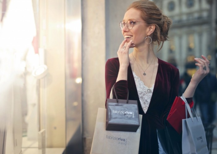 Девушка в восторге от шопинга   Girl delighted with shopping