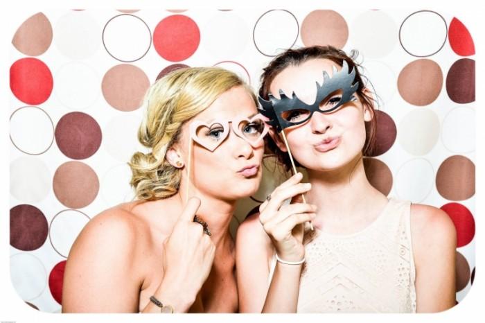 Две девушки позируют с масками, селфи, праздник   Two girls posing with masks, selfie, holiday