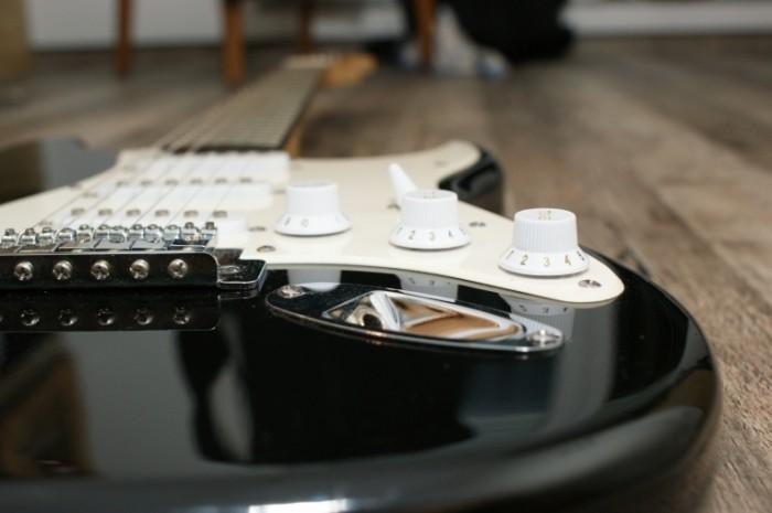 Gitara krupnyim planom chernaya s belyim e`lektrogitara Close up guitar black and white electric guitar 4592  3056 700x465 Гитара крупным планом, черная с белым электрогитара   Close up guitar, black and white electric guitar