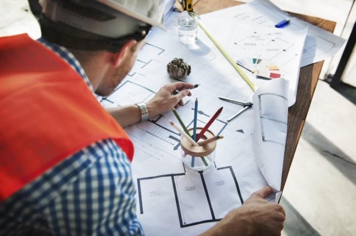Инженер, строитель над чертежом, стройка   Engineer, builder over the drawing, building