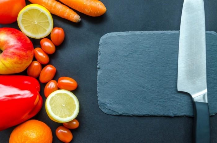 Kamennaya razdelochnaya doska nozh ovoshhi prigotovlenie salata Stone cutting board knife vegetables salad 4928h3264 700x463 Каменная разделочная доска, нож, овощи, приготовление салата   Stone cutting board, knife, vegetables, salad
