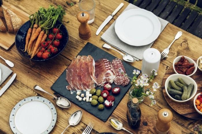 Каменная тарелка, мясо, овощи, накрытый стол   Stone plate, meat, vegetables, laid table
