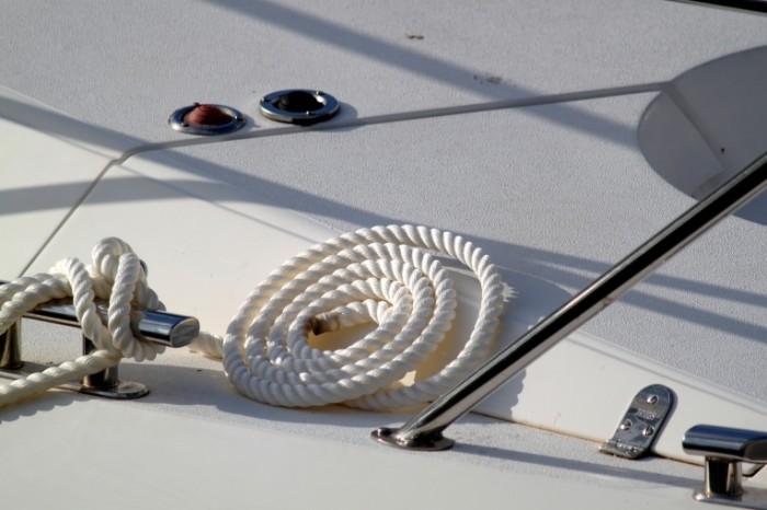 Kanat yahtyi belosnezhnaya paluba Rope yacht snow white deck 4752  3168 700x466 Канат, яхты, белоснежная палуба   Rope, yacht, snow white deck