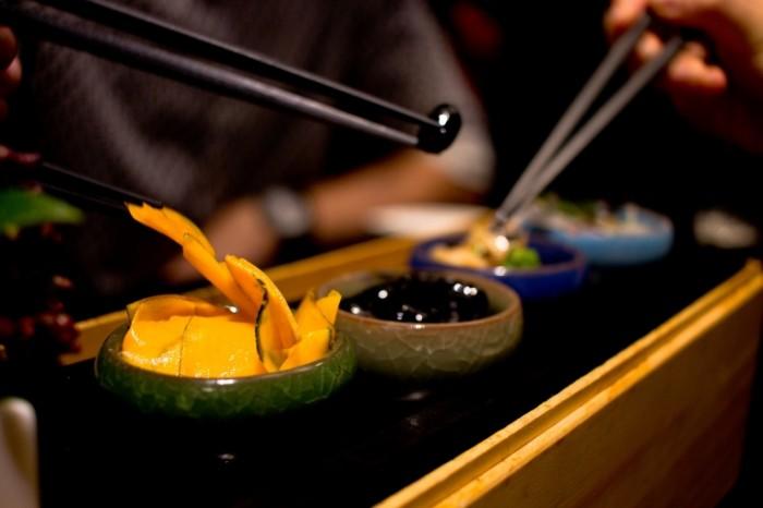 Kitayskaya eda v restorane krupnyim planom makr Chinese food in a restaurant close up macro 5029hh3353 700x466 Китайская еда в ресторане крупным планом, макр   Chinese food in a restaurant close up, macro