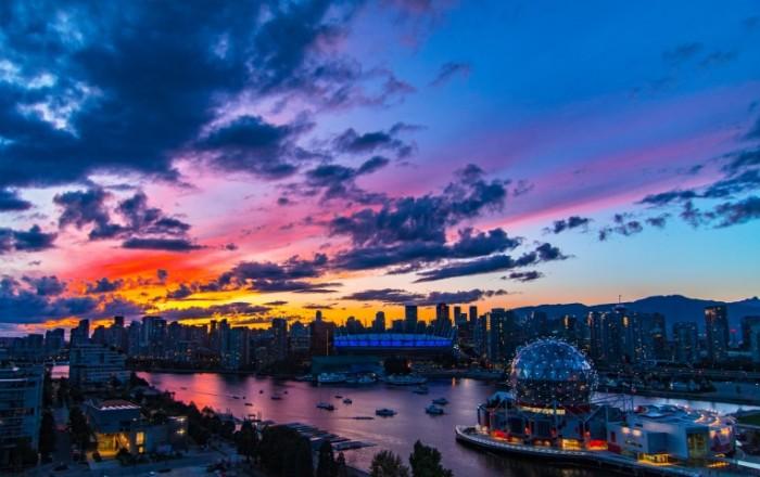 Мегаполис в лучах заходящего солнца, современная архитектура   Metropolis in the rays of the setting sun, modern architecture