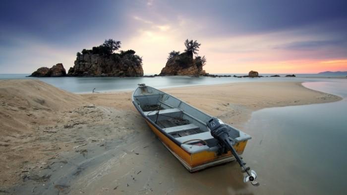 Моторная рыбацкая лодка на берегу на песке   Motor fishing boat on the beach in the sand
