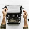 Печатная машинка, человек печатает, текст на бумаге - Typewriter, man typing, text on paper