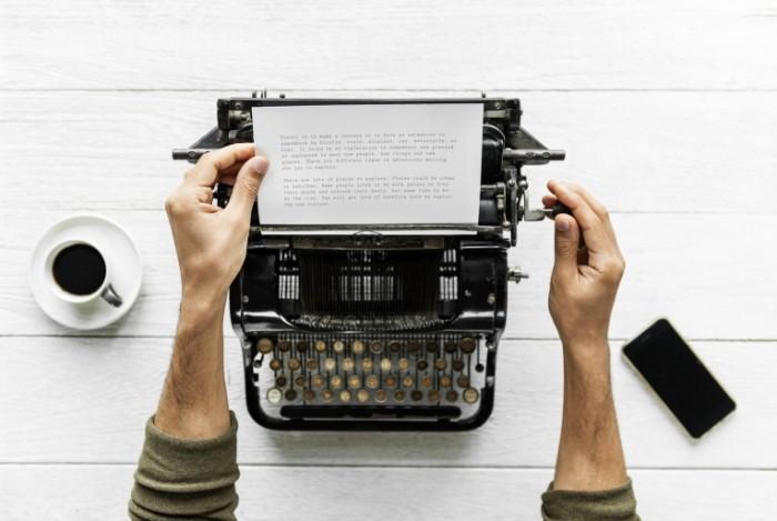 Печатная машинка, человек печатает, текст на бумаге   Typewriter, man typing, text on paper
