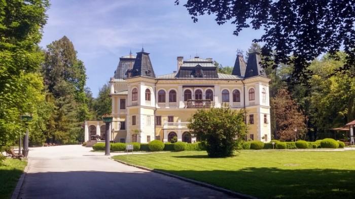 Поместье, дом в европейском стиле, лужайки с колоннами   Manor, European style house, lawns with columns