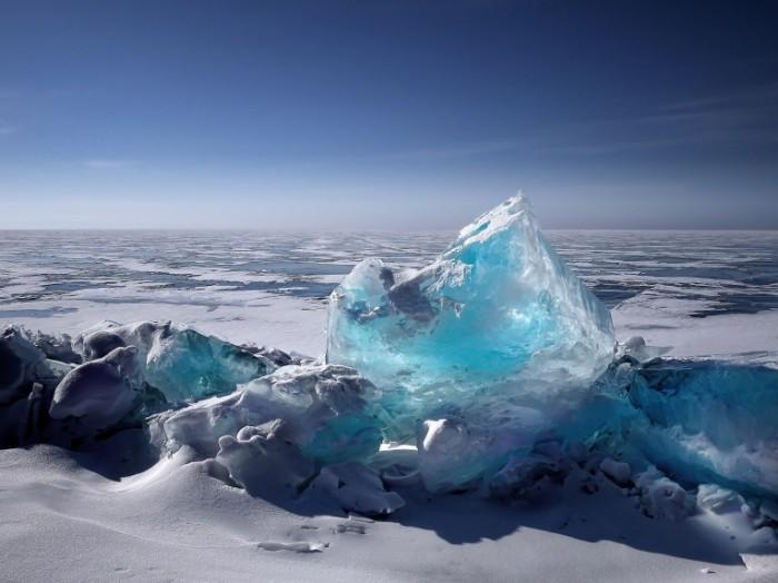 Прозрачная глыба льда на замерзшем озере   Transparent block of ice on a frozen lake