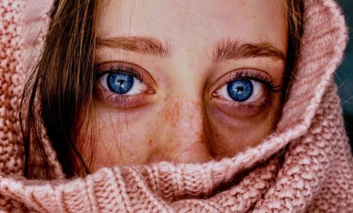 Рыжая девушка с яркими голубыми глазами в свитере   Red haired girl with bright blue eyes in a sweater