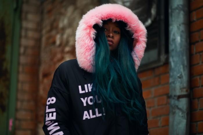 Sinii volosyi rozovyiy mehovoy vorotnik Blue hair pink fur collar 5472h3468 700x466 Синии волосы, розовый меховой воротник   Blue hair, pink fur collar