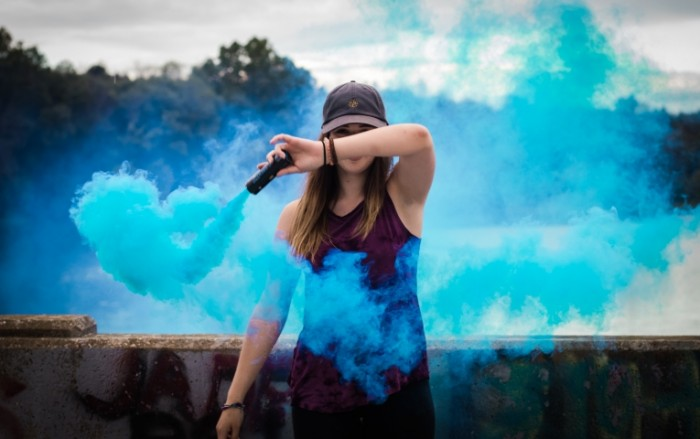 Siniy dyim devushka v kepke s dyimovoy shashkoy Blue smoke a girl in a cap with a smoke bomb 7016h4405 700x439 Синий дым, девушка в кепке с дымовой шашкой   Blue smoke, a girl in a cap with a smoke bomb