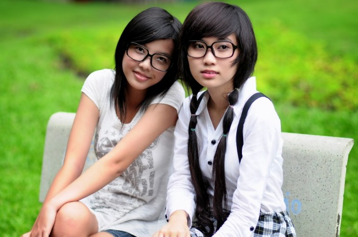 Studentki aziatki devushki v ochkah na skameyke Female students asians girls with glasses on a bench 4288  2848 700x464 Студентки, азиатки, девушки в очках на скамейке   Female students, asians, girls with glasses on a bench