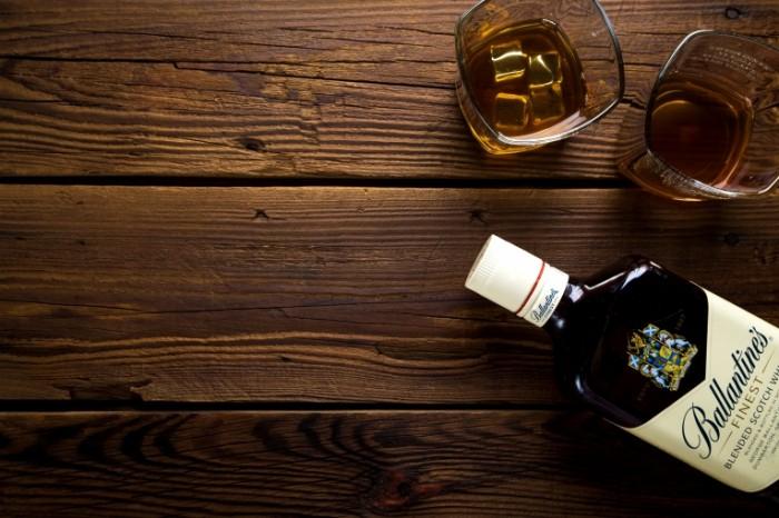 Viski bokalyi s viski so ldom butyilka Whiskey whiskey glasses with ice a bottle 5760h3840 700x466 Виски, бокалы с виски со льдом, бутылка   Whiskey, whiskey glasses with ice, a bottle