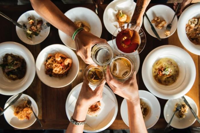 Zastole vstrecha v restorane pivo zakuski Feast meeting in a restaurant beer snacks 4000h2670 700x466 Застолье, встреча в ресторане, пиво, закуски   Feast, meeting in a restaurant, beer, snacks