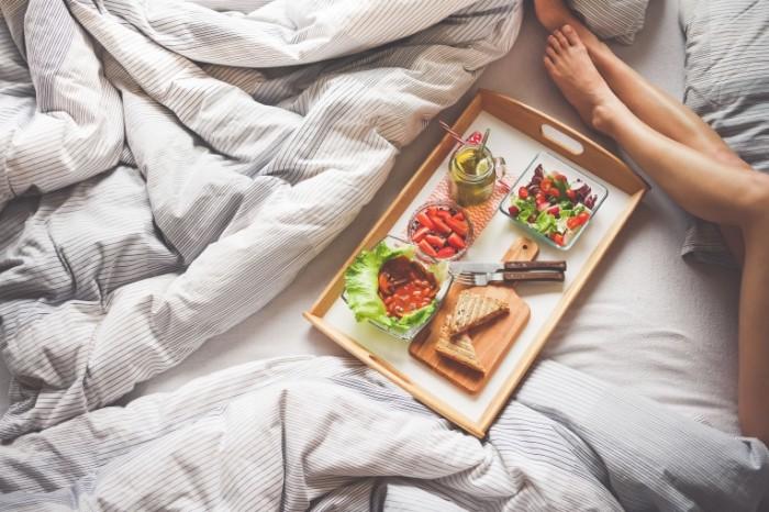 Zavtrak v postel utro legkaya eda devushka Breakfast in bed morning light meal girl 4000h2669 700x466 Завтрак в постель, утро, легкая еда, девушка   Breakfast in bed, morning, light meal, girl