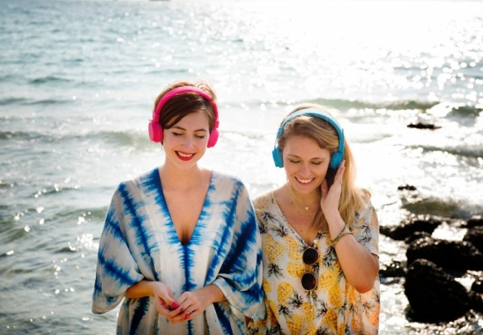 muzyika devushki v naushnikah na beregu morya music girls in headphones at the seaside 6725h4680 700x486 музыка, девушки в наушниках на берегу моря   music, girls in headphones at the seaside