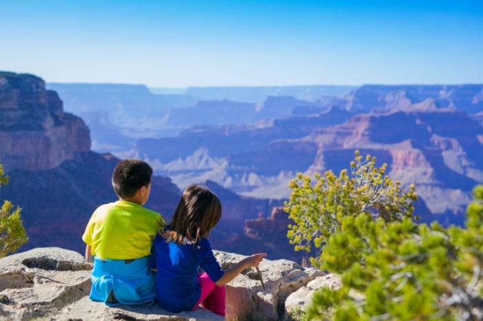 Deti sidyat na skale v kanone Children sit on a rock in a canyon 5616  3744 700x466 Дети сидят на скале в каньоне   Children sit on a rock in a canyon