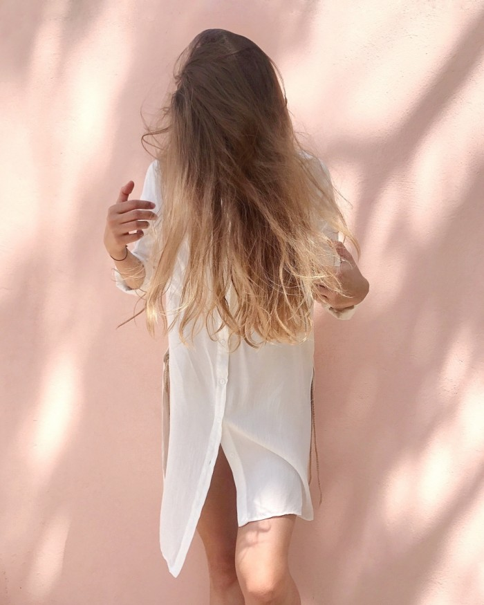 Девушка блондинка в белой рубашке, волосы   girl the blonde in a white shirt, hair