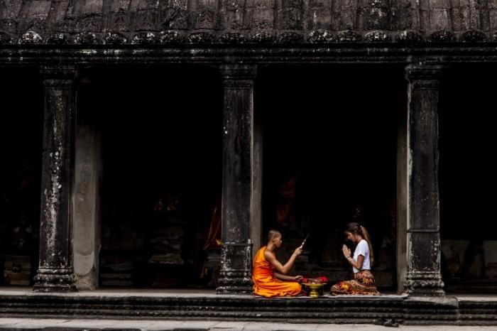 Девушка и буддийский монах в старинном храме   girl and a Buddhist monk in an ancient temple