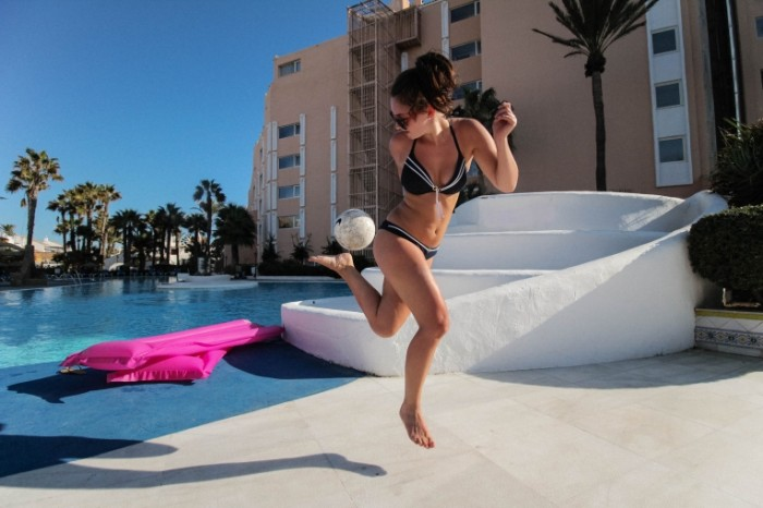Devushka igraet v myach u basseyna v oteli girl plays ball in the pool in hotels 5184h3456 700x466 Девушка играет в мяч у бассейна в отели   girl plays ball in the pool in hotels