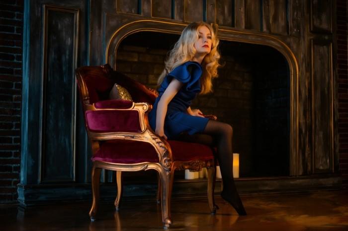 Devushka sidit v kresle u kamina girl sits in a chair by the fireplace 4896  3264 700x466 Девушка сидит в кресле у камина   girl sits in a chair by the fireplace