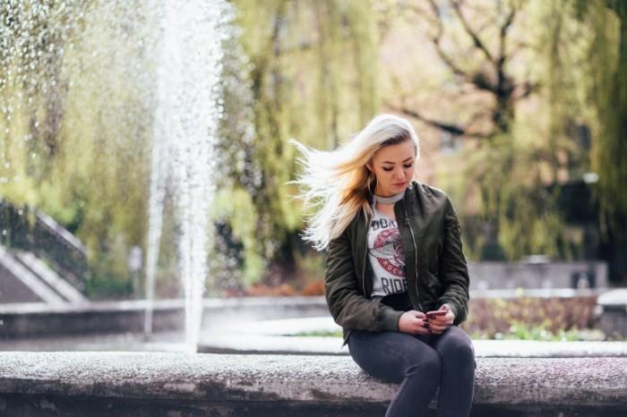 Девушка у фонтана с телефоном   Girl, fountain