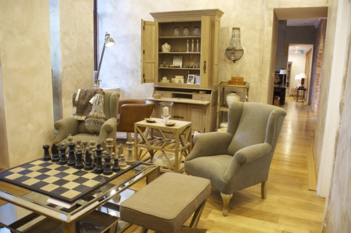 Klassicheskiy interer kresla shahmatnaya doska Classic interior armchairs chessboard 6048  4032 700x466 Классический интерьер, кресла, шахматная доска   Classic interior, armchairs, chessboard