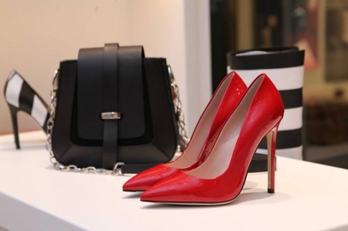Красные лаковые туфли на витрине с сумочкой   Red patent leather shoes with a handbag