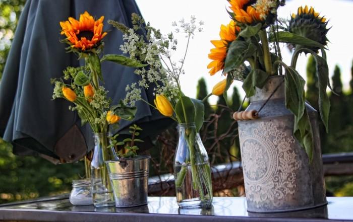 Polevyie tsvetyi v kuvshine na dache na verande Wildflowers in a jar in the country on the veranda 4752  3000 700x441 Полевые цветы в кувшине на даче на веранде   Wildflowers in a jar in the country on the veranda