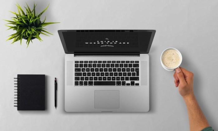 Rabochiy stol noutbuk kofe v ruke tsvetok Desktop laptop coffee in hand flower 4102  2464 700x420 Рабочий стол, ноутбук, кофе в руке, цветок   Desktop, laptop, coffee in hand, flower