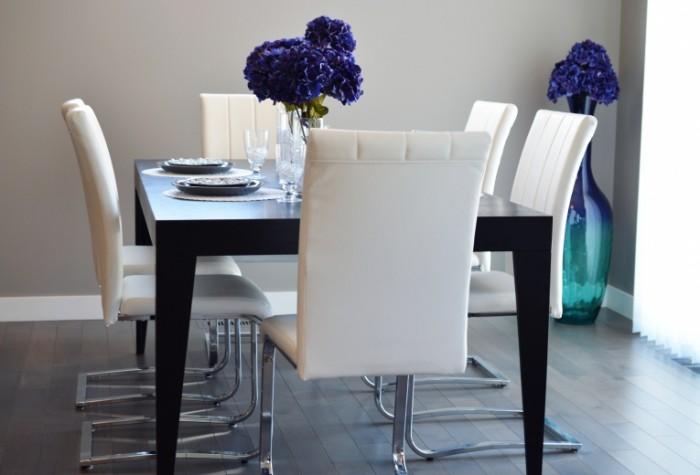 Stolovaya v strogom stile s tsvetami Dining room with flowers 5687  3870 700x475 Столовая в строгом стиле с цветами   Dining room with flowers